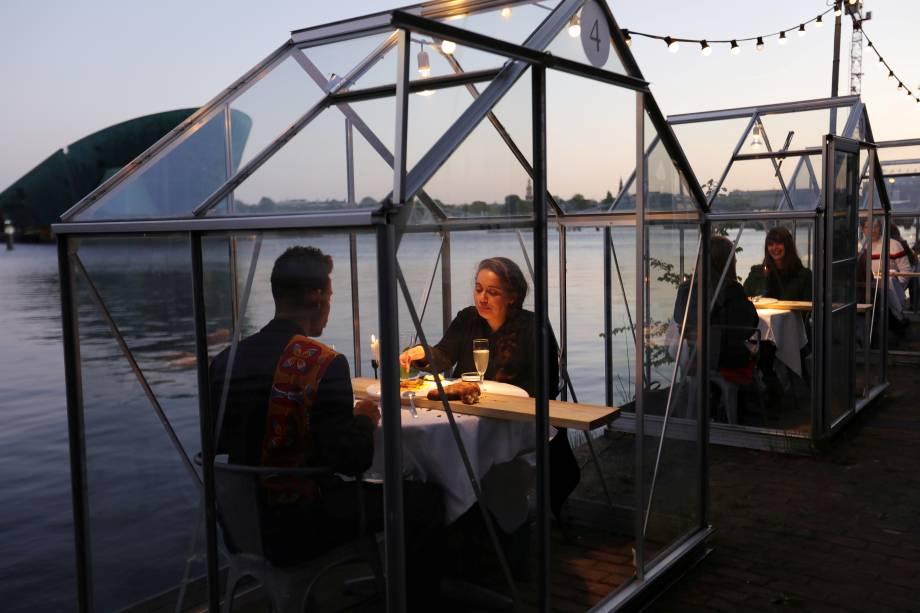 tendência pós-pandemia: restaurante na alemanha, onde as mesas ficam dentro de estufas para manter o distanciamento social